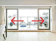 リビング・ダイニングには、中央部分から左右に大きく窓を開けられるセンターオープンサッシを採用しました。 ※一部住戸除く