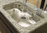 広いシンクと広い調理スペースを併せ持ち、豊富なプレートを使ってさまざまな調理が可能です。