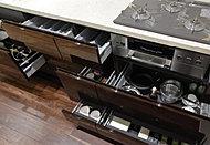 奥に入れた物も取り出しやすいスライド式の収納を採用。調理器具などがすっきりしまえる容量を確保しています。