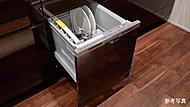 場所をとらないビルトインの食器洗い乾燥機を採用。汚れの程度や食器量をセンサーが検知する省エネ運転でさらに節水・節電。忙しい家事もサポート。