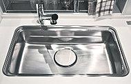大きな鍋も洗いやすい幅約800mmのステンレスシンクです。ミドルスペースにプレートを設けて作業スペースを確保。(一部タイプを除く)