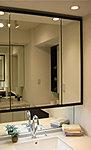 三面鏡裏にはいろいろなコスメ類など、小物の収納に便利な鏡裏収納を採用しました。