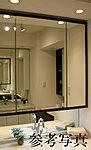 四方を木枠で囲った美しいデザインの三面鏡には、いろいろなコスメ類など、小物の収納に便利な鏡裏収納を採用しました。
