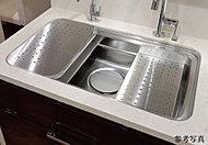 シンクの上段と中段に調理プレートや水切りプレートを設置することによって、広いシンクと調理スペースの両方を実現。必要に応じて使い分けができます。