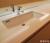 インテリアの統一感を高めるために、カウンタートップはキッチン天板と合わせて、クォーツ(水晶)を用いた「シーザーストーン」を採用。水栓は数々の国際的なデザイン賞を受賞してきたハンスグローエ社製です。
