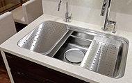 """ワークトップ、アシストスペース、ミドルスペースの3層シンクとなっており、""""洗う・調理・片付ける""""をスムーズに行なえます。[Cタイプ系のみZSシンク(W≒600)となります。]"""