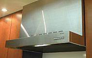 すきま風現象を利用したホーロー整流板の効果により、吸引力の高いステンレス製レンジフードを採用しました。