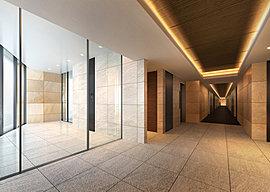エントランスを抜け、住戸へと向かうアプローチには内廊下を採用。タイルカーペット敷きのホテルライクで上質な空間が、歩く姿まで美しく演出します。