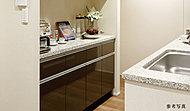 キッチンの背面には家電設置カウンターを兼ねた食器棚を標準装備。内部収納はダストBOXスペースとしても使えます。