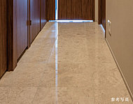各住戸内の玄関・廊下・洗面・トイレの床には高級感のある天然大理石を採用。美しく洗練された空間を演出します。