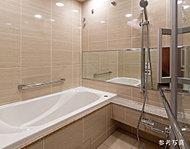壁面は重厚なグレード感を演出するタイル貼り仕様を採用。また洗い場だけでなく浴槽からも見ることができるワイドな鏡を設置しました。