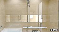 洗い場だけでなく浴槽からも見ることができるワイドな鏡を設置しました。鏡への浴室内の映り込み効果で広々としたバスルーム空間を演出します。