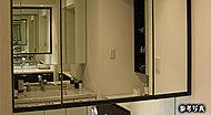 四方枠付きの美しいデザインの三面鏡には、いろいろなコスメ類など、小物の収納に便利な鏡裏収納を採用しました。