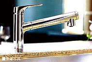 ワンタッチで浄水、原水が切り替えられ、気軽においしい水が飲める、浄水器一体型の混合水栓を採用。ヘッド部分がノズルで引き出せ、シンクの掃除などにも便利です。