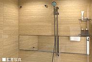 重厚なグレード感を生み出す、4面高グレード鋼板パネルを採用したバスルーム。また洗い場だけでなく浴槽からも見ることができるワイドな鏡を設置しました。