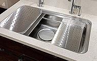 シンクの上段と中段に調理プレートや水切りプレートを設置することによって、広いシンクと調理スペースの両方を実現。必要に応じて使い分けができます。※C1、C2、D1、D2タイプを除く。