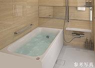 少ない水量でもゆったりと感じられる形を追求。湯温を長時間保つ保温浴槽で追い焚きを減らし、省エネにも貢献します。
