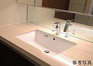 カウンタートップはキッチンと同じくシーザーストーンを採用。スクエアボウルとハンスグローエ社製の水栓で、デザイン性も高めました。