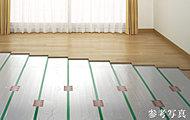 足元から部屋全体を心地よく暖めます。チリやホコリを巻きあげることがないので、快適かつ健康仕様です。