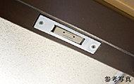 各住戸の玄関および窓には、マグネット式防犯センサーを設置しました。※FIX窓・面格子設置窓を除く。