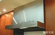 スタイリッシュなデザインに加え、油汚れが簡単に拭き取れるホーロー整流板によって、お手入れのしやすさも追求しました。