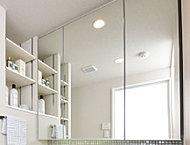 三面鏡のセンター部分にヒーターを内蔵。浴室からの湯気などによる、鏡のくもりを解消します。
