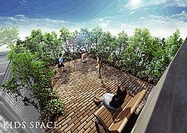 守られながら遊べるキッズスペース。緑を眺める歓談の場にもなります。外部からの視線を遮る安心のキッズスペースは、家族にやさしいゆとりの空間です。季節を感じる緑と煉瓦の床が調和し、お子様を見守りながら寛げるベンチもご用意。
