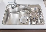 鍋などの大きな物も洗いやすく、スプーンなどの落下物や水ハネ音を軽減する低騒音シンク。