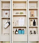 出かける前の身だしなみを考えたパウダールームには毎日使う衛生用品などをしっかり収納できる鏡裏収納を標準装備。