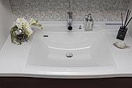 洗面化粧台のカウンターには、スタイリッシュなスクエアボウル一体型天板を採用しました。