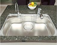 水はねなどの音を抑える静音タイプで、大きな鍋なども楽に洗えるワイドサイズです。