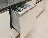 食器類の出し入れがしやすいスライド式の食器洗浄乾燥機を全戸に標準装備しています。