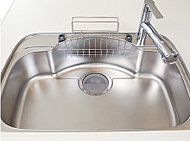 大きなお鍋も楽に洗えるワイドシンクは、水はね音を抑えた静音タイプ。排水口へ水が流れやすいデザインです。