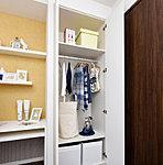 衣類の収納に便利なハンガーパイプと棚板を設置。様々な荷物も効率的に整理できます。