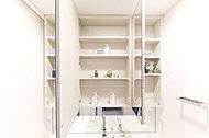 三面鏡の裏に、洗面用具や化粧品などをしまえる収納スペースを設けました。