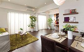 南向きのプランニングにより、開放感溢れる寛ぎの空間を演出します。室内でありながら微風や陽光を感じる空間設計と選り抜いたマテリアル。そして、優雅でモダンなディテールの数々が、かけがえのない日常をさらに価値あるものにしてくれます。
