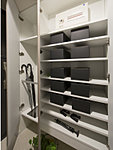 収納量豊かなトールタイプの玄関収納を採用。傘用収納スペースも備え、ブーツなども収納できます。※一部タイプはシューズクロゼットを採用しております。(参考写真)