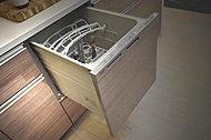 食後の後片付けが便利な食器洗浄乾燥機が標準装備されています(同仕様)