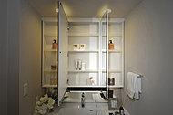 三面鏡裏にはメイク用品やヘアケア用品などをスッキリ収納できる収納スペースを設置。※くもりシャット付機能は中央の鏡のみ(同仕様)