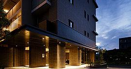 巡る楽しみ、眺める安らぎ。季節とハーブが薫る、コミュニケーションパーク。約240m2のスペースに約40種類のハーブが植えられた、色彩豊かなハーブガーデン。「神戸布引ハーブ園」を運営する神戸リゾートサービスが監修しました。