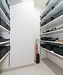 シューズ類をはじめ、ゴルフバッグなど機能的に収納。玄関を美しく演出します。※一部タイプのみ