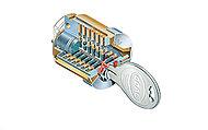 不正解錠や複製が困難、かつ操作性に優れたリバーシブルディンプルキーを採用。紛失時に安心のキーチェンジシステムに対応しています。(2回まで)