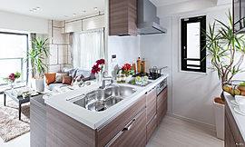 利便性と機能美を備えたシステムキッチン。目指したのは、感性に響くキッチン。広さや収納などの機能だけでなく、素材感やデザイン、「美しさ」にこだわった空間へ。