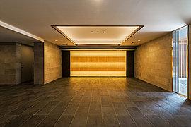 共用廊下は、上質でホテルライクな内廊下を採用し、間接照明などを配置して落ち着きと品のある雰囲気を演出しています。