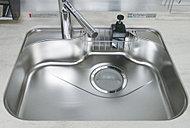 シンク裏に制振材を貼り、水はねや物の落下する音を軽減してくれます。※タイプによりシンクの形状が異なります。