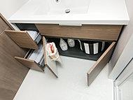 洗面台下は、豊富な収納空間を確保。紙袋などを引っ掛けて、ゴミ箱の代わりにできる機能性の高いダストバックハンガーも装備しています。