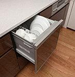場所をとらないビルトインの食器洗い乾燥機を採用。汚れの程度や食器量をセンサーが検知する省エネ運転で、さらに節水・節電。※Aタイプのみ