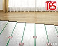 リビング・ダイニングの床には東京ガスの温水循環システム「TES」による床暖房を設置。ふく射熱が足元から部屋全体をやさしく暖めます。