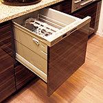 ラクな姿勢でスムーズに食器の出し入れができるスライドタイプの食器洗い乾燥機です。