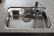 大きな鍋も楽に洗え、水はね音を抑えた静音タイプを採用しています。